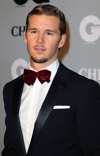 tuxedos vs suits : Ryan Kwanten plays with convention with his red bow tie